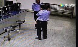 ตร.จีนเป็นพ่อนมเกือบครึ่งคืน หลังพบหนูน้อย 2 ขวบ เดินร้องไห้หาแม่กลางดึก