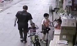 วิธีใหม่แก๊งลักเด็ก? ชายจีนคว้าคอเสื้อเด็ก-เนียนจูงมือไปด้วย ขณะเดินผ่าน