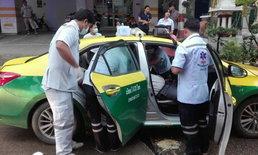 นาทีชีวิต คนขับแท็กซี่หมดสติกลางทาง ผู้โดยสารวิ่งลงจากรถหาคนช่วย