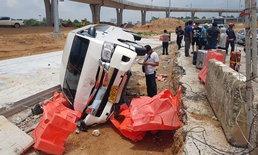 รถตู้ขนนักท่องเที่ยวจีน โดนปาดหน้า ตกร่องกลางถนน โชคดีไร้เจ็บ