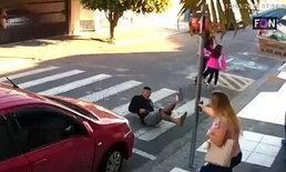 หนุ่มบราซิลปล้นหน้าโรงเรียน ผู้ปกครองหญิงควักปืนยิงสวน 3 นัด ดับ
