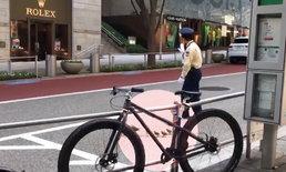 น่ารักจริงๆ ตำรวจจราจรญี่ปุ่นโบกหยุดรถ พาครอบครัวเป็ดข้ามถนน