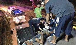 นั่งผิดที่ คนงานนั่งบนหลังคารถบรรทุก เจอรถแม็คโครไหลอัดขาหัก 2 ท่อน