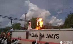 ชายอินเดียปีนรถไฟประท้วง สะดุดสายไฟแรงสูง ไฟลุกท่วมร่าง