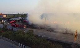 ไฟไหม้โรงไม้เก่าวอด 5 หลัง อลหม่านต้องปิดถนนสาย 347