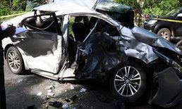 เทกระจาดเกลื่อนถนน เก๋งชนกระบะคนเต็มคันรถ บาดเจ็บ 16 มีเด็กสาหัส