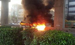 ไฟไหม้รถตู้โดยสาร กลางถนนบรมราชชนนี คนขับ-ผู้โดยสารหนีตายอลหม่าน