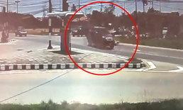 ภาพสยองแยกดอนใหญ่ ปิกอัพเร่งฝ่าไฟเหลือง ชน จยย.ปลิวเป็นซาก