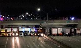 รถบรรทุก 13 คัน จอดปิดถนน ช่วยชีวิตชายจะกระโดดสะพานฆ่าตัวตาย