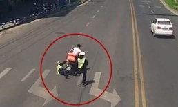 ชายอ้างรีบไปส่งอาหาร ซิ่งจยย.ลากตำรวจขอตรวจไปกับพื้น ไกลกว่า 10 เมตร