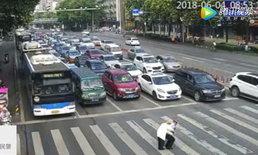 น่าประทับใจ ตร.จีนแบกชายชราข้ามถนน รถหยุดคอยไม่มีแม้เสียงบีบแตร