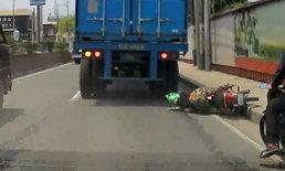 หมวกกันน็อกช่วยชีวิต หนุ่มขี่รถล้มล้อรถบรรทุกเหยียบทับอย่างจัง