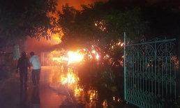 ระทึกกลางดึก ไฟไหม้บ้านอดีตครู กู้ภัยหวิดดับหลังเสี่ยงตายเข้าไปช่วย
