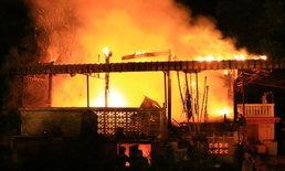 หัวอกพ่อ คุณตาวัย 68 ฝ่ากองเพลิงช่วยลูกชายจนไฟคลอก แต่ยังหาตัวไม่เจอ
