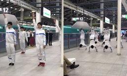 """กลุ่มนักศึกษาหล่อโชว์ """"ตีลังกา"""" กลางสถานีญี่ปุ่น หวังคลายเครียดคนรอรถไฟนานจัด"""