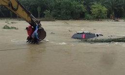 ระนองกู้ซากรถยนต์ถูกน้ำป่าซัดตกคลองได้แล้ว ยังไม่พบหญิงผู้สูญหาย