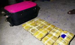 ยายหลานหิ้วกระเป๋าเจอข้างทางกลับบ้าน เปิดดูถึงกับผงะ พบยาบ้าเกือบ 4 หมื่นเม็ด