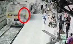 เผยคลิปสยอง หนุ่มอินเดียกระโดดตัดหน้ารถไฟ ถูกทับดับคาที่