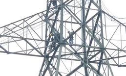 ชาวบ้านไม่เอะใจ ช่างไฟฟ้าห้อยตัวนิ่งบนเสาสูง 70 เมตร ที่แท้ไฟดูดดับ