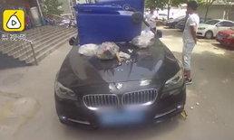 ชายจีนจอดรถไม่เป็นที่เจอจัดหนัก ทุ่มด้วยถังขยะ-ทุบกระจกร้าว