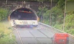 คลิปวินาทีชีวิต รถบัสจีนพลิกคว่ำ ผู้โดยสารร่างกระเด็นออกจากรถ ดับ 3