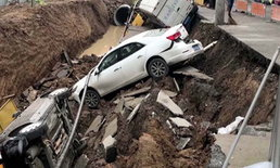 จีน ฝนตกหนัก ทำถนนยุบกลืนรถร่วงตกหลุม 3 คัน
