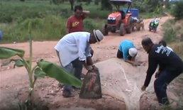 ชาวบ้านปลูกกล้วยประชด หลังถนนถูกน้ำกัดเซาะผ่านมาข้ามปี ไร้หน่วยงานเหลียวแล