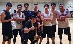 นึกว่าบอยแบนด์ ภาพหายากพระเอกดังรวมตัวเป็นทีมบาสที่หล่อที่สุดในไทย