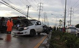เคราะห์ร้าย ปิกอัพเสียหลักพุ่งข้ามเกาะกลางถนน ชนรถตู้อย่างจัง เสียชีวิต 1 ราย
