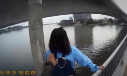 ภาพนาทีระทึก ตำรวจบึ่งช่วยชีวิตสาวสะอื้น กำลังจะโดดแม่น้ำตาย