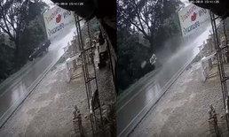ดิ่งจมน้ำ! ฝนตกถนนลื่น หนุ่มควบกระบะเสียหลักพลิกคว่ำ ตกหนองน้ำดับคาซากรถ