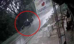 ภาพนาทีสุดท้าย หนุ่มขับปิกอัพฝ่าฝนเข้าโค้ง ลื่นไถลคว่ำตกหนองคาตา