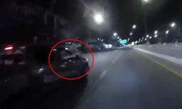 โมโหบิ๊กไบค์ยกล้อใส่ หนุ่มกระบะซิ่งชักปืนไฟแช็คข่มขู่กลางถนน
