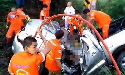 เศร้า พี่ชายรีบพาน้องไปหาหมอ ยางรถระเบิดพลิกคว่ำชนอัดกับเสาไฟฟ้าดับคู่