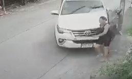 เสาไฟฟ้าช่วยชีวิต! หญิงยืนหน้าบ้าน จู่ๆ รถพุ่งเข้าชน รอดตายราวปาฏิหาริย์ (คลิป)