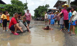 สุดจะทนแล้ว! ชาวบ้านกอก อาบน้ำ ดำนากลางถนนชำรุด หลังทนลำบากร่วม 20 ปี