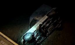 """หนุ่มส่งของ """"เมาวูบ"""" ซิ่งกระบะตกทะเล จนท.เร่งกู้รถก่อนน้ำขึ้น"""