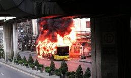 คลิปนาทีระทึก! ไฟไหม้รถเมล์สาย 48 วอดทั้งคัน ลุกลามติดสายไฟ-มินิมาร์ท