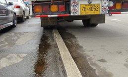 สติแทบหลุด! รถเก๋งอาจารย์ มรภ.เหยียบคราบน้ำมันหมุนคว้างฟาดขอบราวสะพาน