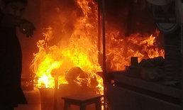 """""""วาล์วแก๊สชำรุด"""" ทำเพลิงไหม้ร้านก๋วยเตี๋ยวเจ็บ 2 ราย"""