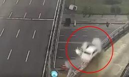 นาทีอุบัติเหตุสยอง วัยรุ่นขับซิ่งเก๋งเหยียบ 170 กม./ชม. พุ่งตกสะพาน
