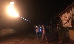"""ตัดไฟทั้งหมู่บ้านเผารัง """"ต่อหัวเสือ""""  บนเสาไฟฟ้าแรงสูง หลังรุมต่อยคนเจ็บหลายราย"""