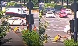 สาวขี่มอเตอร์ไซค์ถูกรถชน เคราะห์ซ้ำกรรมซัด กลิ้งหล่นรูท่อซ่อมกลางถนน