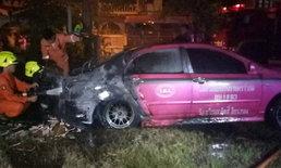 """ไฟไหม้ """"แท็กซี่ปลดระวาง"""" เพลิงสูงกว่า 5 เมตร ตำรวจคาดแก๊สรั่ว"""