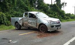 """หนุ่มขับ """"กระบะแต่งซิ่งโหลดเตี้ย"""" ตกหลุมกลางถนน เสียหลักชนต้นไม้"""