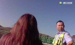 สาวทะเลาะกับแฟนถูกไล่ลงรถ ร้องไห้กลางทางด่วน วอนชายหนุ่มให้อภัย