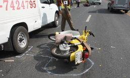 อา-หลานขี่รถจักรยานยนต์ ถูกรถบรรทุกน้ำแข็งชน กระเด็นดับ 2 ศพ