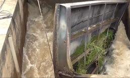 """ชาวบ้านอ่างทองผวา """"ประตูระบายน้ำยางมณี"""" พัง หวั่นเกิดน้ำท่วม ชลประทานเร่งแก้ไขด่วน"""