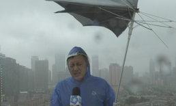 โดนอีกแล้ว นักข่าวจีน ปะทะ ลมแรงพัด ร่มพังตอนรายงานสภาพอากาศ