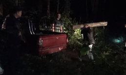 """หากินแต่เช้า-แก๊งลักลอบตัดไม้อาศัยจังหวะเช้ามืดขน """"ไม้สัก"""" ไหวตัวทัน ทิ้งทั้งรถทั้งไม้"""